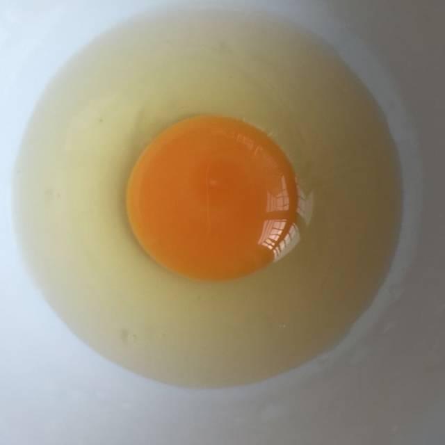 受精鸡蛋?_宝妈们帮忙看看这两种鸡蛋,第一二