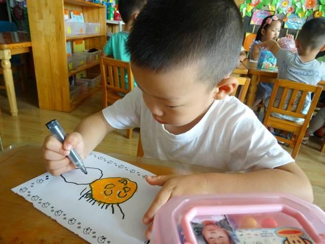 美術活動——畫畫我的好朋友 開學啦,又可以在幼兒園見到我們的好朋友啦!我的好朋友可能是女孩、她有着漂亮的辮子,也可能是男孩,他特別喜歡笑。今天,小朋友們就拿起畫筆,畫畫自己的好朋友吧!