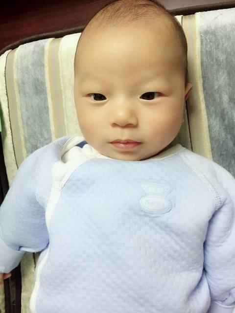 宝宝眼睛多久变成双眼皮?过来了就明白了