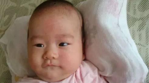 孩子睡偏头的惨痛教训,宝宝想要睡出好看头型一定避开图片